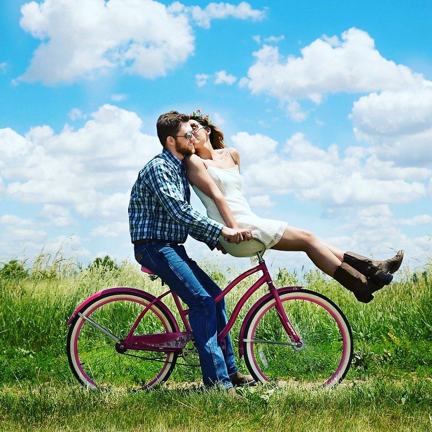 due ragazzi in bici